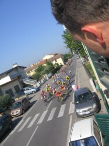 Via Statale is no stranger to cycling races. We usually get 5 or 6 a year running along it.