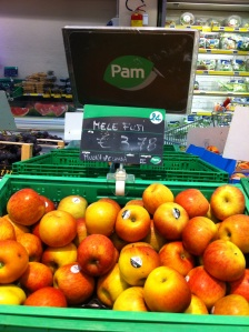 a photo of the apples on display at my local store, Nuova Zealandia = New Zealand = no bueno for me